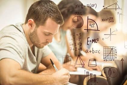 Schüler schreibt Mathe Einstufungstest.